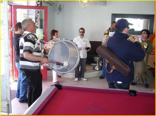 Musique aussi dans le bar...
