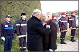 19-mars-2013-le-colonel-claude-des-honore-jean-pierre-cattaneo-de-la-medaille-commemorative.jpg