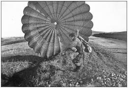 A. Herveleu. Atterrissage en parachute