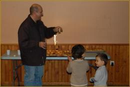 La découverte du gâteau d'anniversaire avec Raymond, les deux poussins Robin et Gabriel Da Fonseca Bautista